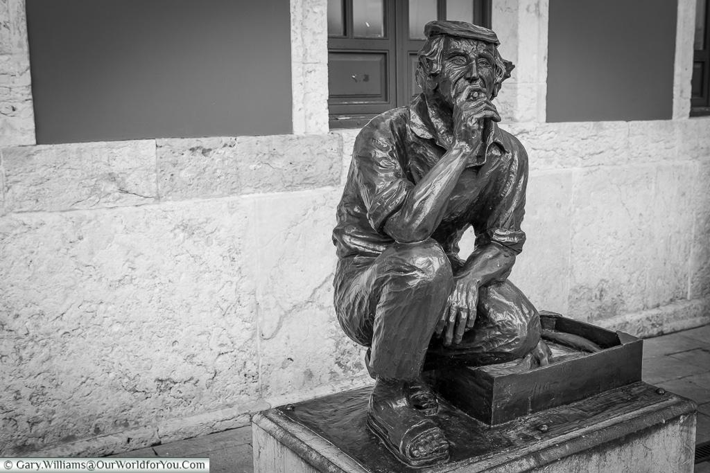 El Vendedor de Pescado, a bronze fish seller, Oviedo, Spain