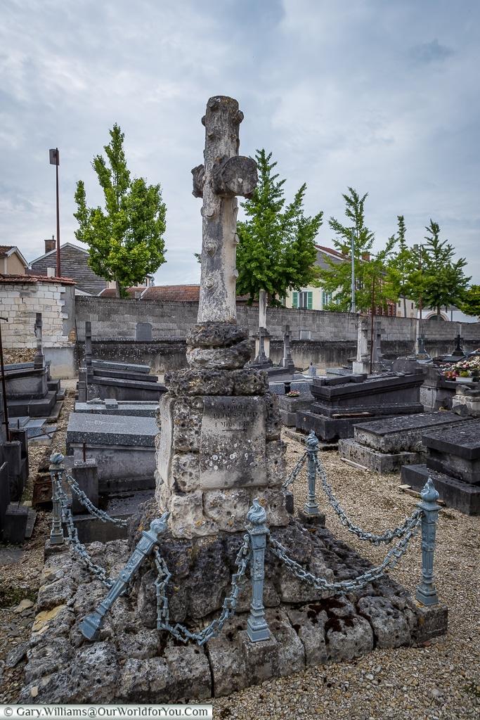 Interesting headstone in the Cimetière de l'Ouest, Châlons-en-Champagne, France