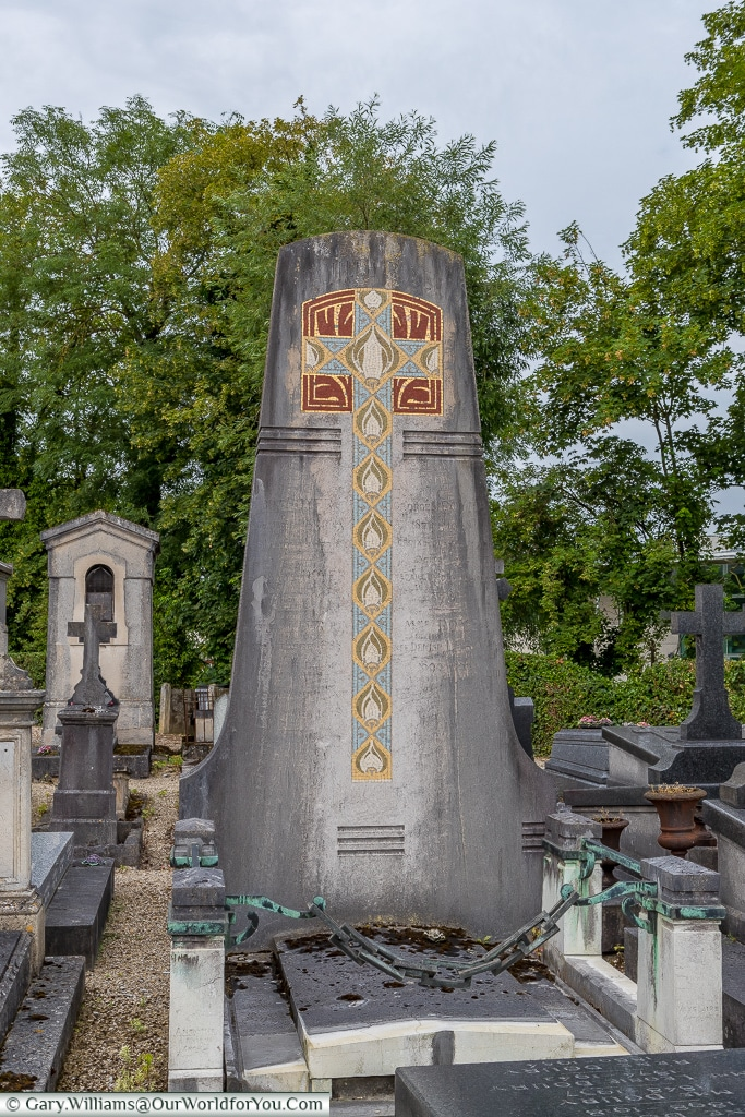 Ornate headstone in the Cimetière de l'Ouest, Châlons-en-Champagne, France